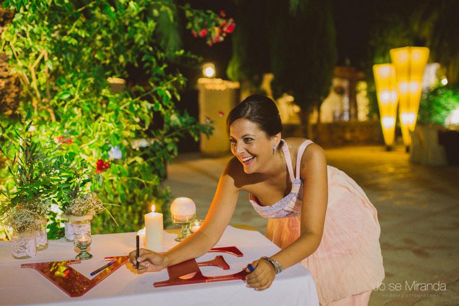 Amiga de novia firmando a letras LOVE en una fotografia de Boda en Martos