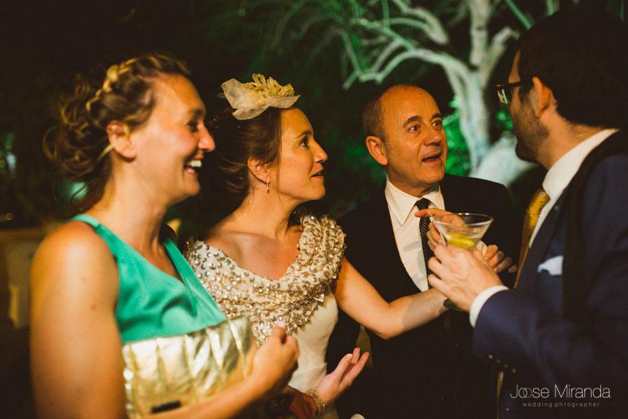 Novia con invitados en la celebración en el Cortijo de el Madroño en una fotografía de boda en Martos