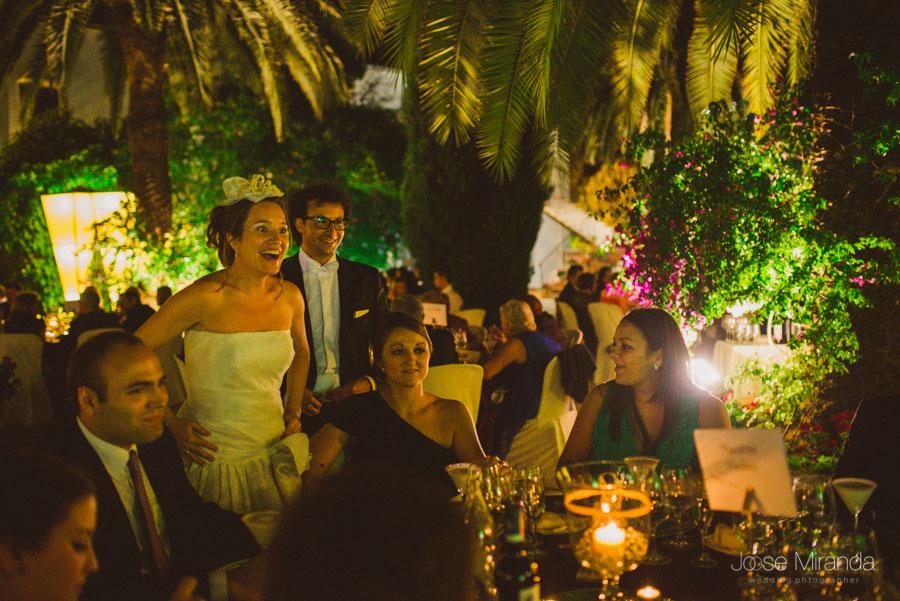Novia con sus invitados de boda en el Cortijo el Madroño en Martos