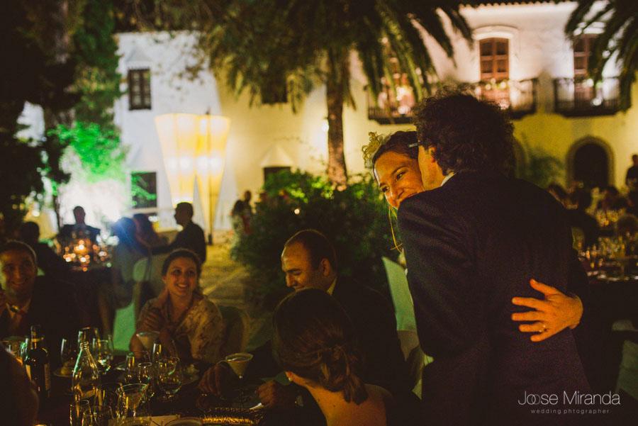 Novio besando a la novia entre las mesas del Cortijo el Madroño en Martos