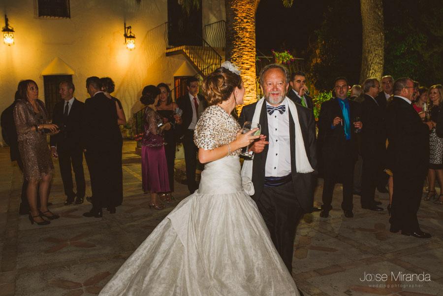 Novia con el padrino durante el baile en el Cortijo del Madroño en Martos Fotografía de boda