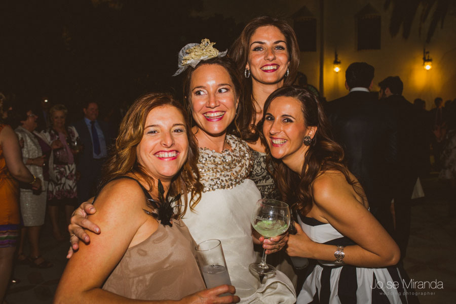 Amigas con la novia durante la celebración en el cortijo del Madroño en Martos