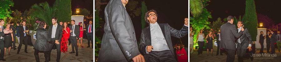 Novio bailando con su hermando en el Cortijo del Madroño en una fotografía de boda en Martos