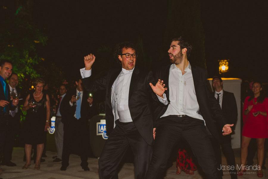Novio bailando con su hermano durante el baile de la boda en el Cortijo el Madroño en martos