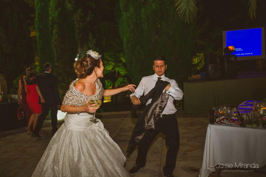 novia bailando en su boda en la barra libre