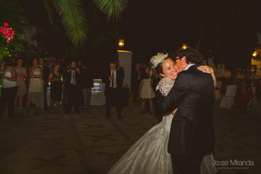 novios besándose en el baile en el cortijo el madroño
