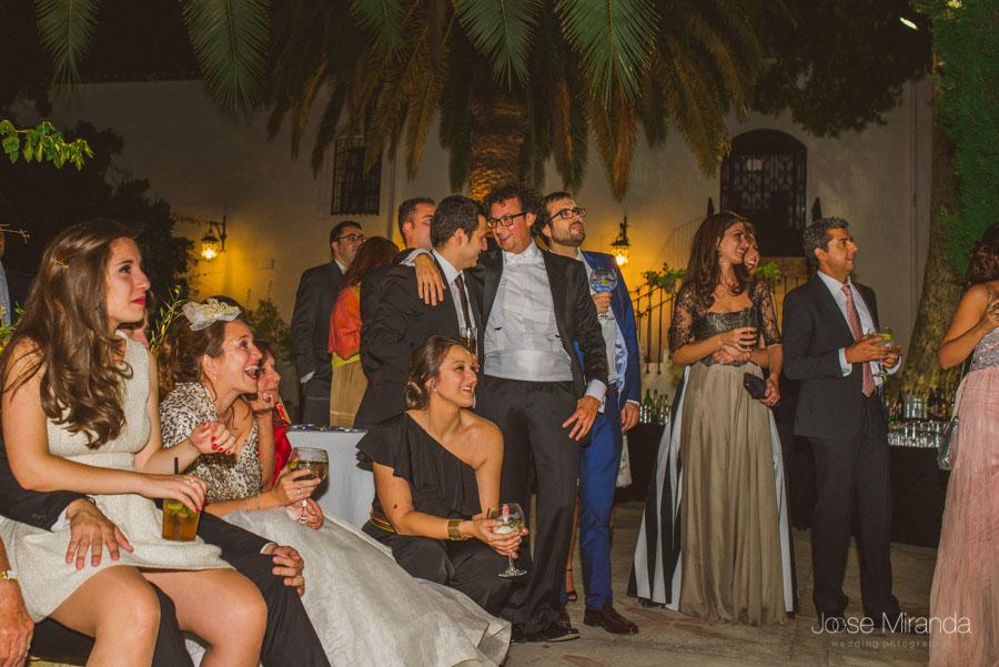 Los novios y sus amigos viendo las fotografías de la boda en el cortijo el Mdroño