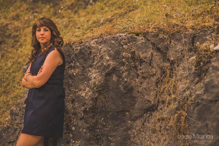Bea echada en las rocas en una fotografía de pre-boda en Jaén de Jose Miranda