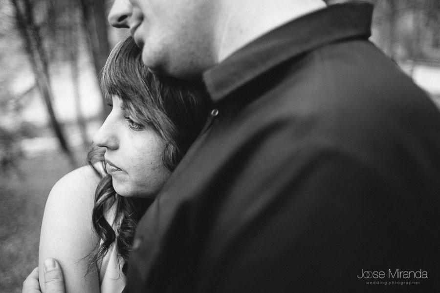 Bea echada en el hombro de Juan en una fotografia de pre-boda de Jose Miranda