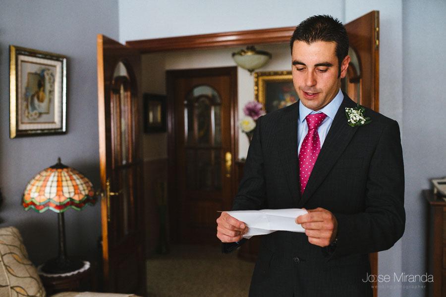 Hermano del novio leyendole una carta en una fotografía de boda en Martos