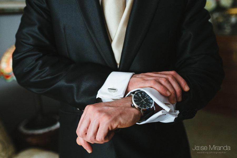 Novio acicalándose y colocandose el reloj bien en una fotografía de boda de Jose Miranda en Martos
