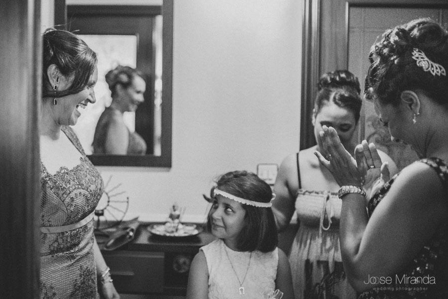 Madre y hermanas de la novia viendose lo guapas que están antes de vestir a la novia
