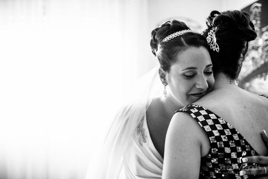 Novia abrazando a su hermana en una fotogafía de boda en Martos