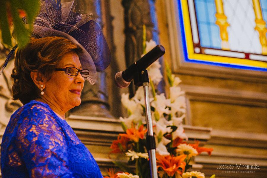 Madre del novio leyendo durante la celbración de la boda civil en la capilla del Hospital de San Juan de Dios en Martos