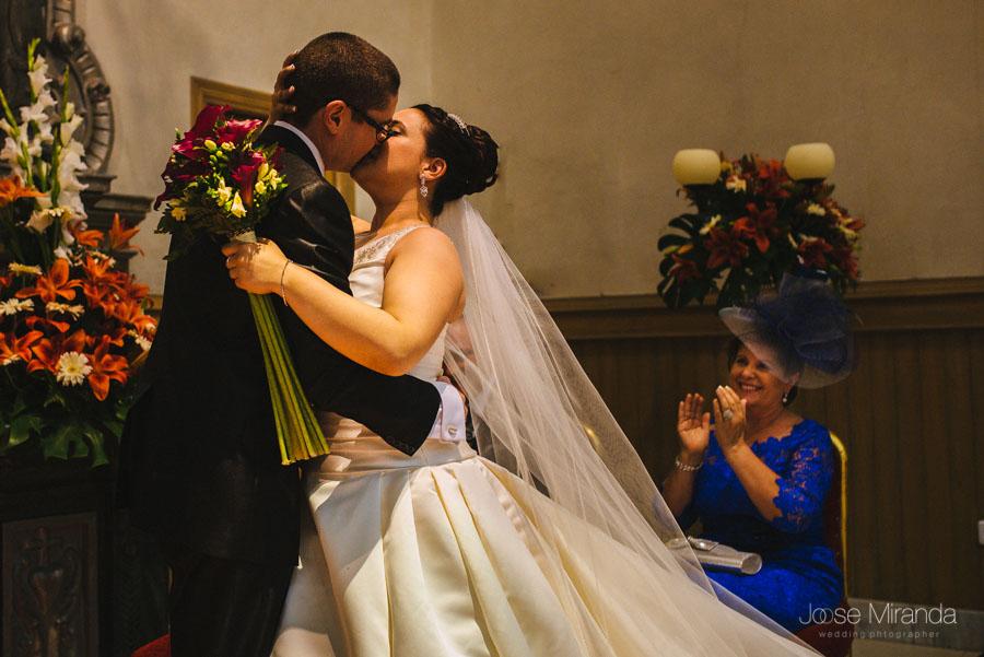 Novios besandose en el altar de la capilla del Hospital de San Juan de Dios en Martos