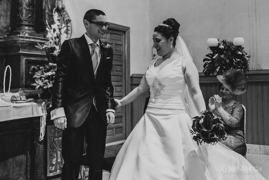 Novia mirando a su novio en el altar de la capilla en una fotografía de boda en Martos
