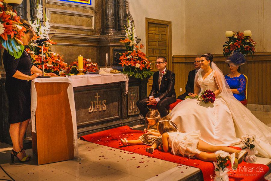 Novios mirando a su amiga leyendo durante la celebración de la boda civil en Martos