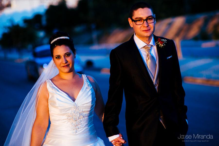 Novios paseando con los últimos rayos de luz y las sombras en una fotografía d boda de Jose Miranda