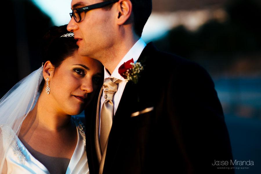 Novia sobre el pecho del novio durante su boda en Martos
