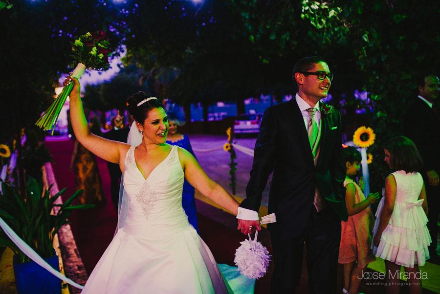 Llegada de los novios al lugar de celebración de la boda en una fotografía de boda en Martos