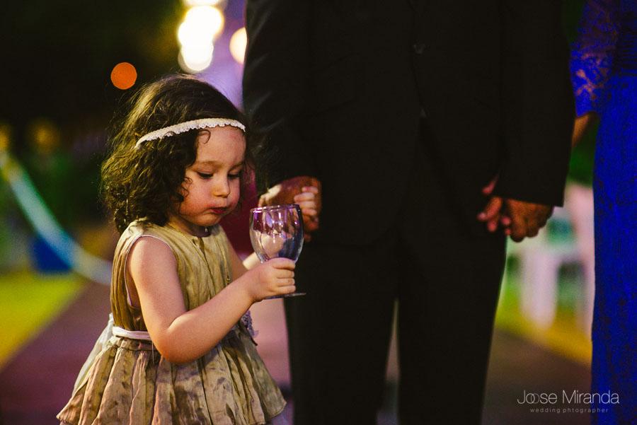 Niña de arras e hija de la novia durante la recepción de los invitados de la boda