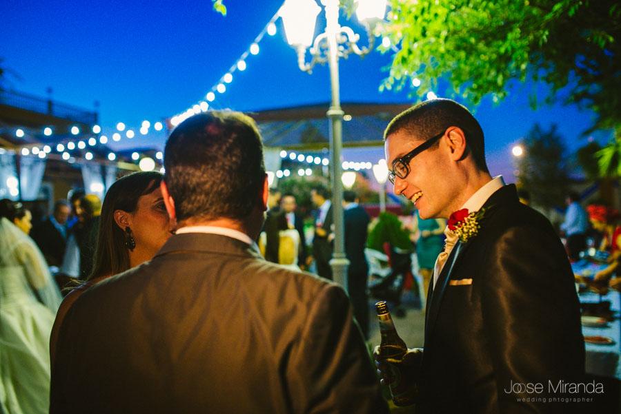 El novio saludando a sus invitados durante la recepción de los invitados a la boda