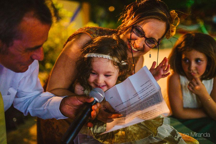 Hija de los novios leyendole unas palabras a sus padres, que se acaban de casar.
