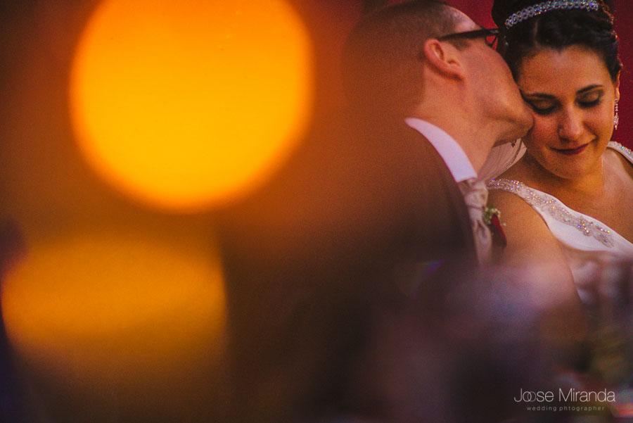 Novio besándo a la novia después de escuchar a su hija