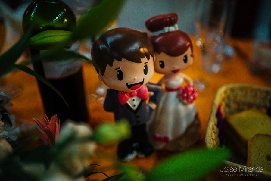 Los muñecos de la tarta de la boda en una fotografía de boda de Jose Miranda