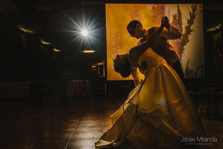 Momento final del baile de inauguración de los novios en en la celebración de su boda en Martos
