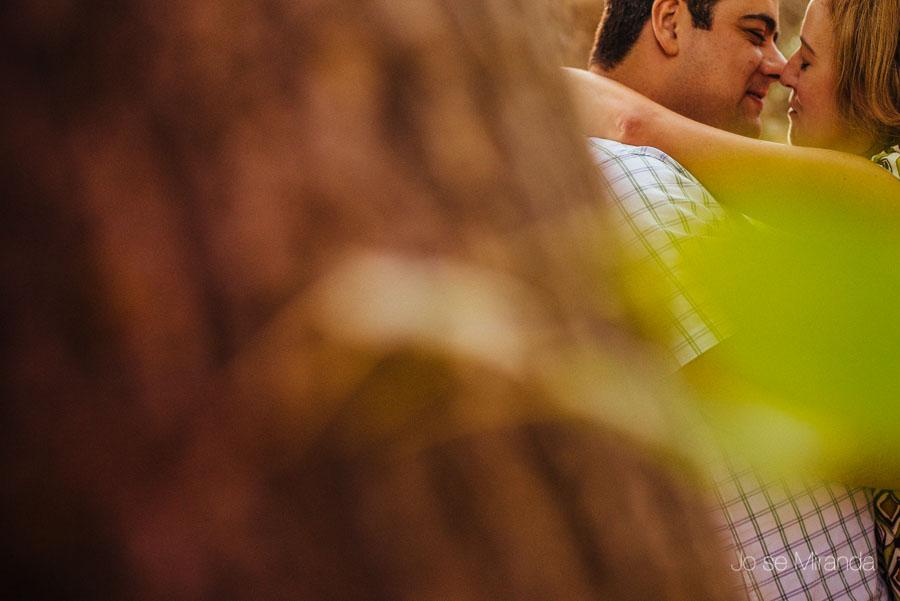 Besos de amor entre una pareja de novios en una fotografía de boda de Jose Miranda Fotografía