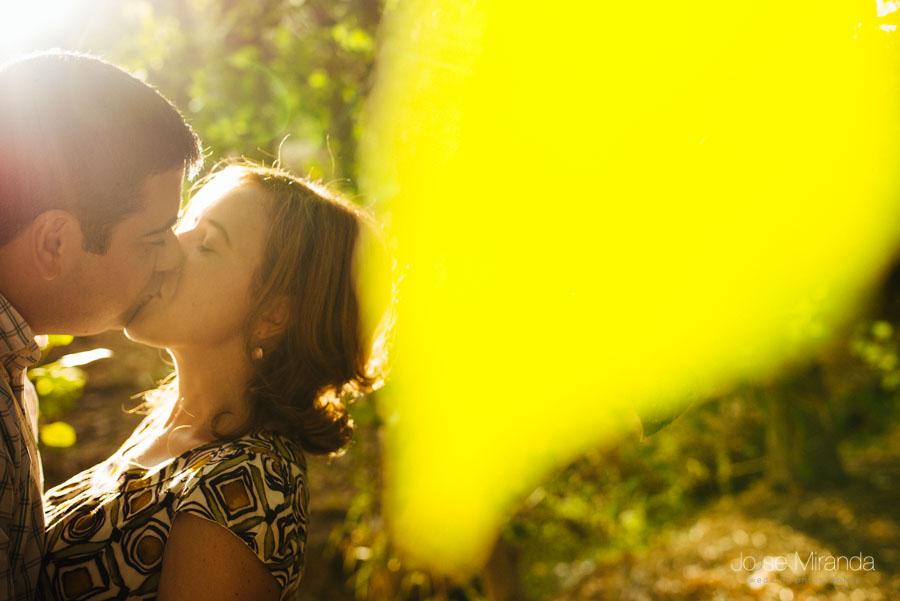 Pareja de novios besándose en un bosque de Alcaudete, Jaén
