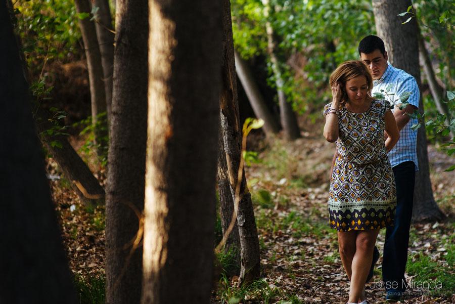 Pareja de novios paseando entre los arboles del bosque de rivera en una fotografía de Jose Miranda