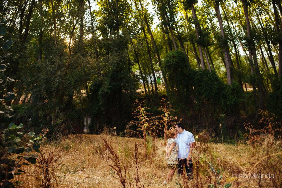 Pareja de novios entre la maleza del bosque de rivera en una fotografía de Boda en Jaén