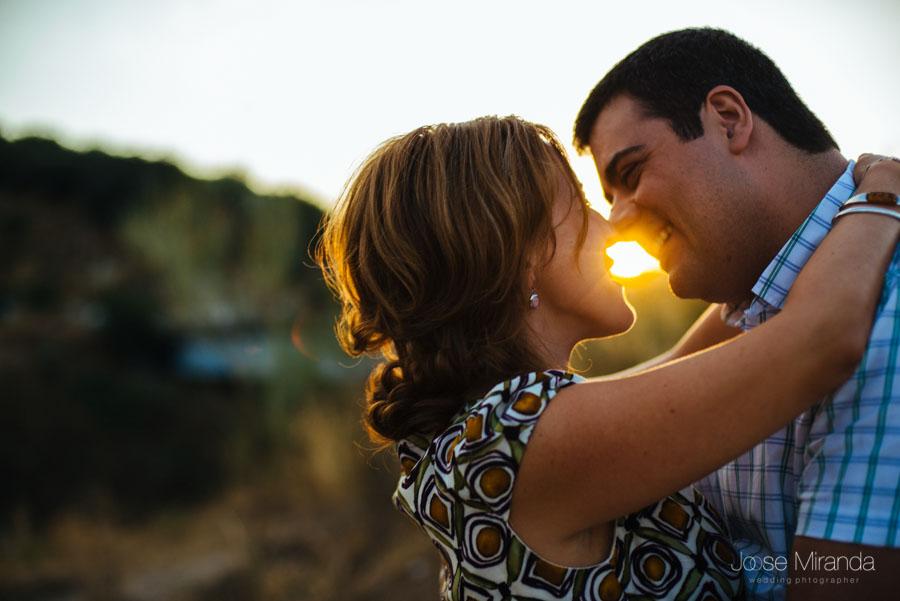 Pareja de novios besándose al atardecer en una fotografía de pre-boda en Jaén