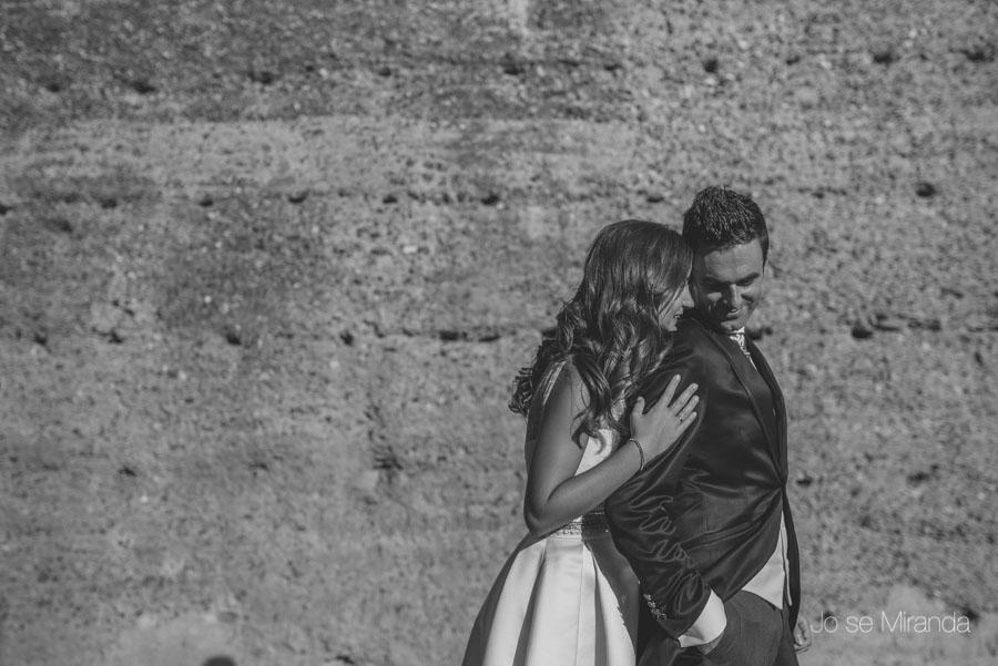 Novia abrazando a su novio en una fotografia de post-boda en Linares