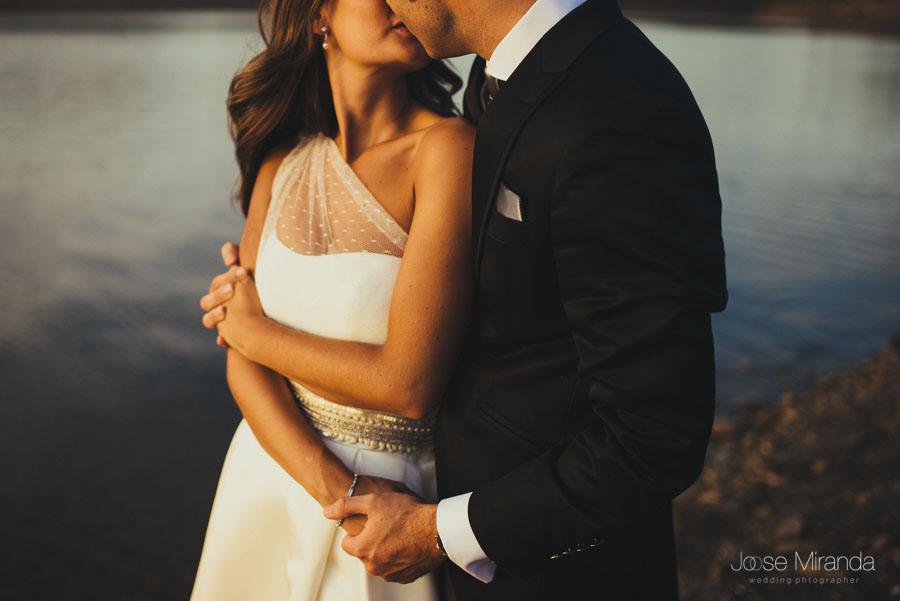 Novios besándose en una fotografía de boda en Linares