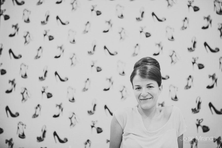 La novia en el salón del maquillaje en una fotografía de boda en Porcuna
