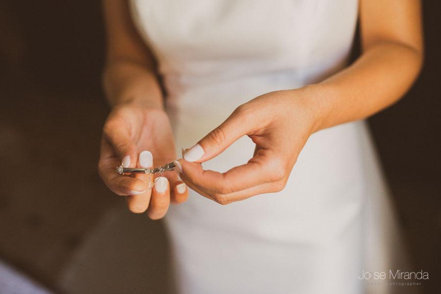 La pulsera de la novia entre las manos de la novia