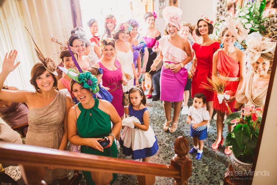 Las amigas de la novia viendo bajar a la novia