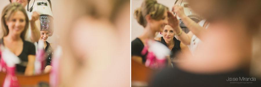 La novia y su hermana en la peluqería arreglandose para la boda en una fotografía de boda en Martos de Jose Miranda