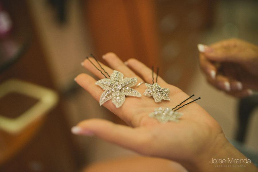 Las estrellas de mar que adornaran el peinado de la novia en una fotografía de boda en Martos de Jose Miranda