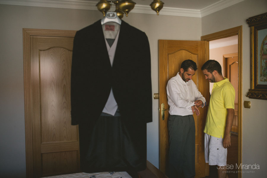El novio y su hermano, y el traje esperando a que se vista