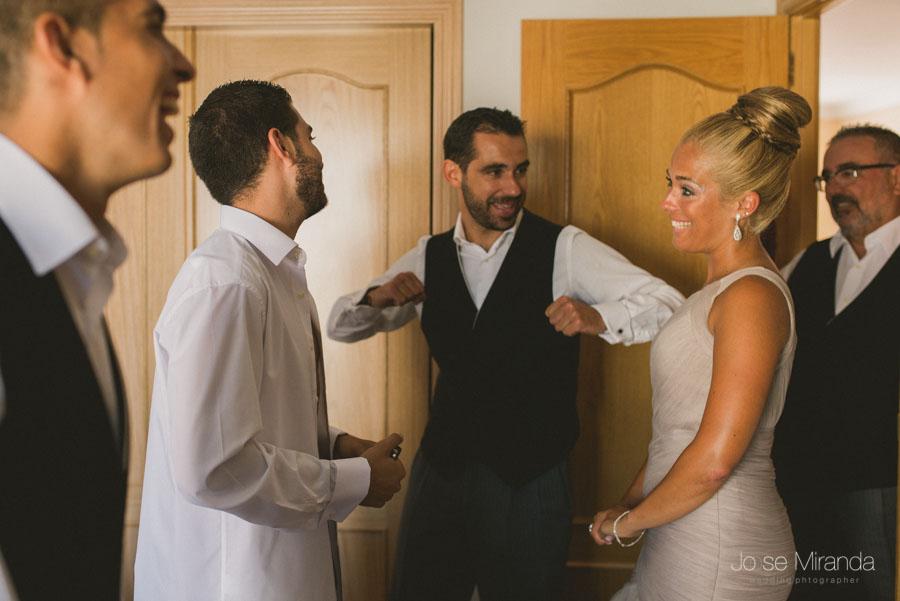 La familia del novio riendose mientras un hermano le baila en una fotografía de boda en Martos