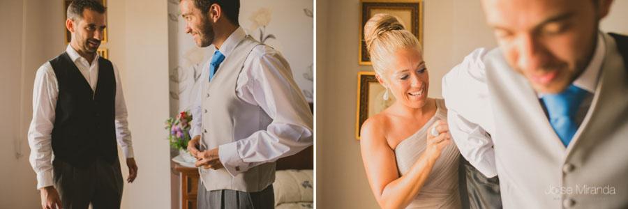 Los hermanos ayudando al novio a vestirse en una fotografía de boda en Martos