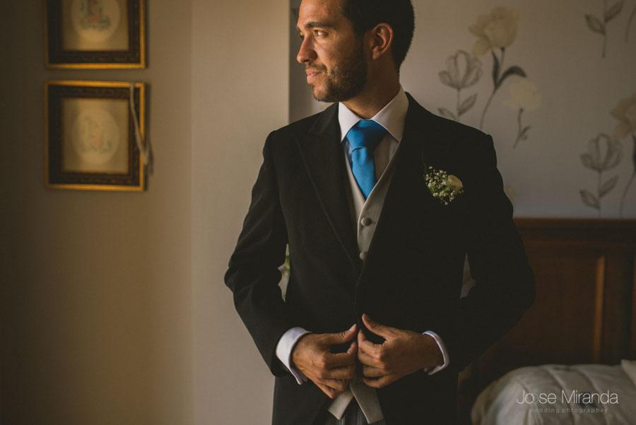 Curro, el novio, todo preparada para su gran día en su boda en Martos