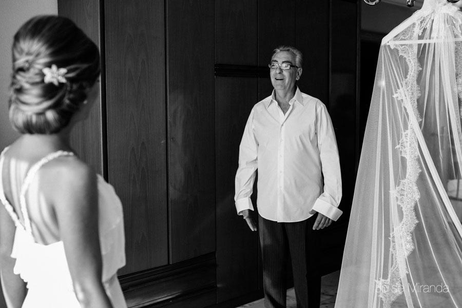 Padre de la novia mirandola lleno de felicidad en el día de la boda de su hija en Martos