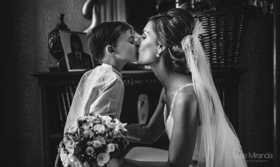 La novia besando a su primo pequeño