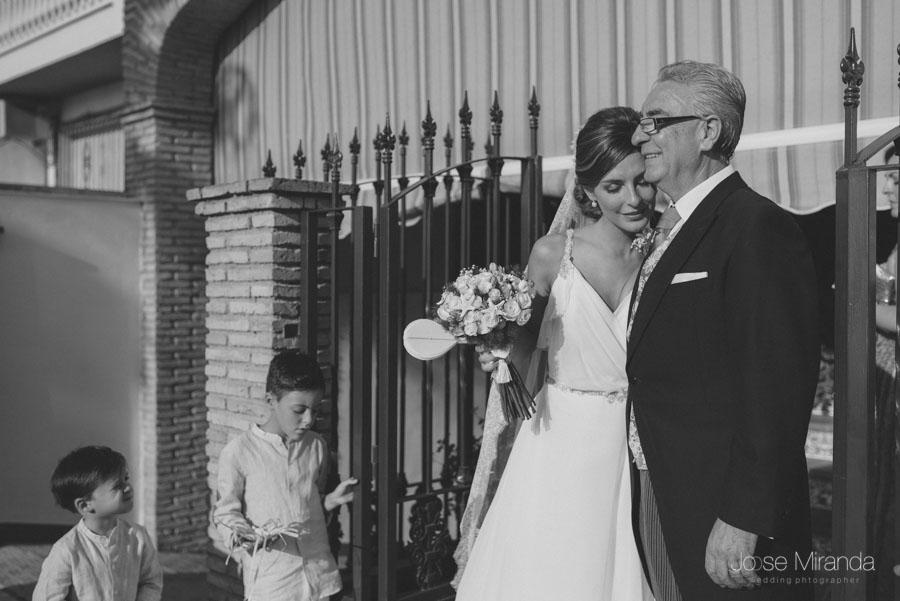Mariah la novia abrazando a su padre al salir de su casa antes de montarse en el coche para ir a su boba en Martos