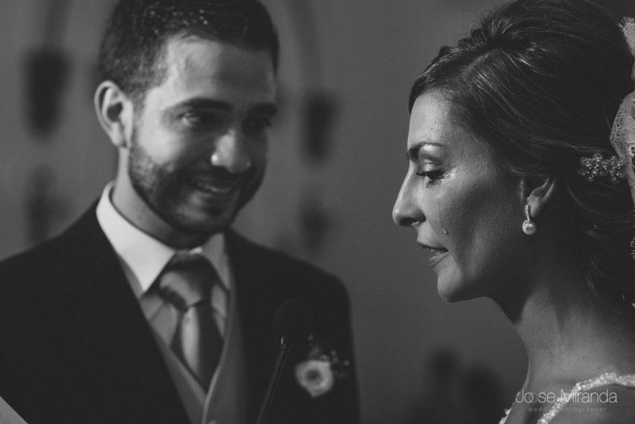 La novia llorando mientras dice los votos de matrimonio durante su boda en Martos